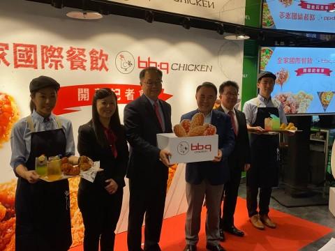 (왼쪽부터) 린이청(Lin Yi Cheng) 패밀리마트 인터네셔널 고맷 BBQ 브랜드 매니저, 우셩푸(Wu Sheng Fu) 패밀리마트 인터네셔널 고맷 대표이사, 윤홍근 제너니스BBQ 그룹 회장, 김태천 제너시스 부회장이 BBQ 대만 경성점 오픈행사를 진행하고 있다. 출처=제너시스BBQ