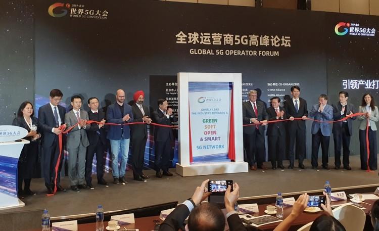 """KT를 비롯한 주요 통신사업자들이 """"5G 진흥을 위한 공동선언문""""을 발표하고 있다. (왼쪽부터) 친린 이(Chin-lin I, 차이나모바일), 장용(Jang Yong, 차이나유니콤), 사토시 코니시(Satosi Konishi, KDDI), 이선우(KT), 페트르 레들(Petr Ledl, 도이치텔레콤), 란디프 싱 세콘( Randeep Singh Sekhon, Bharti Airtel), 리젱마오(Li Zhengmao, 차이나 모바일), 엔리케 블랑코( Enrique Blanco, Telefonica), 마크 총( Mark Ching, Singtel), 사다유키 아베타 (Sadayuki Abeta, NTT DoCoMo), 쳉 퀸준(Zeng Qingjun, CBN, China Broadcasting Network), 카오 레이 (Cao Lei, 차이나텔레콤), 유홍 황(Yuhong Huang, 차이나모바일) [사진=KT]"""