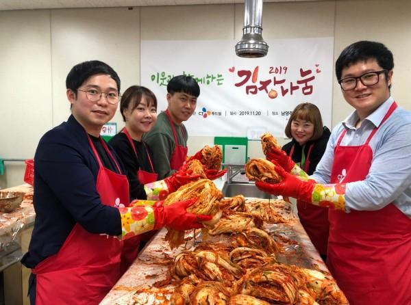 CJ푸드빌 임직원들이 지난 20일 경기 남양주에 위치한 남양주청소년수련관에서 따뜻한 겨울나기를 위한 2019 김장 나눔 행사를 진행했다.
