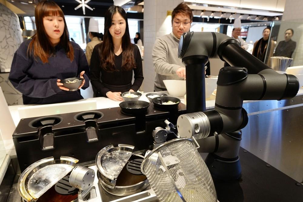 빕스 등촌점 방문객들이 LG 클로이 셰프봇을 체험하고 있다. [사진=LG전자]