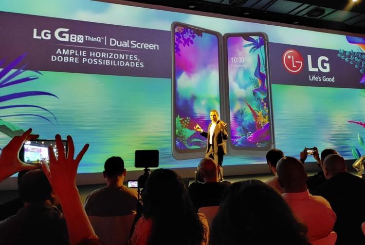 LG전자 브라질법인 파브리시오 하비브 마케팅담당 매니저가 참석자들에게 LG G8X 씽큐를 소개하고 있다. [사진=LG전자]