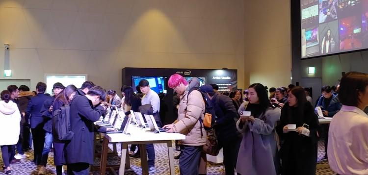28일 오후 서울 드래곤시티 호텔에서 개최된 젠북 패밀리 행사에 참여한 방문객들이 에이수스의 다양한 제품들을 체험하고 있다.