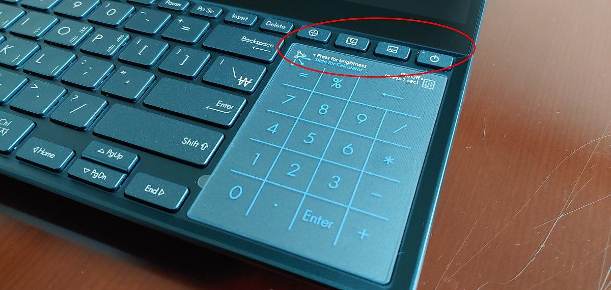 터치패드 위쪽에 ▲팬 속도 조절(자동/고속) ▲주·보조화면 전환 ▲보조화면 on/off ▲전원 버튼이 자리하고 있다.