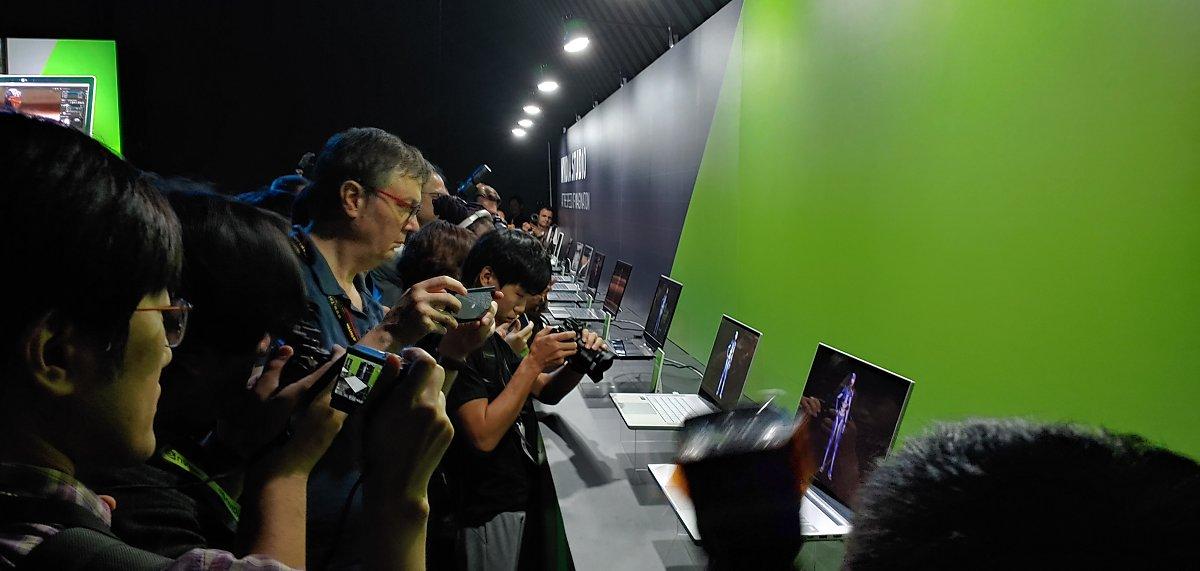 지난 5월 27일(현지시간) 대만 타이베이 브리즈 난산전시센터에서 열린 엔비디아 컴퓨텍스 2019 행사장에서 기자들이 이날 공개된 엔비디아 스튜디오 노트북 17종을 촬영하고 있다.