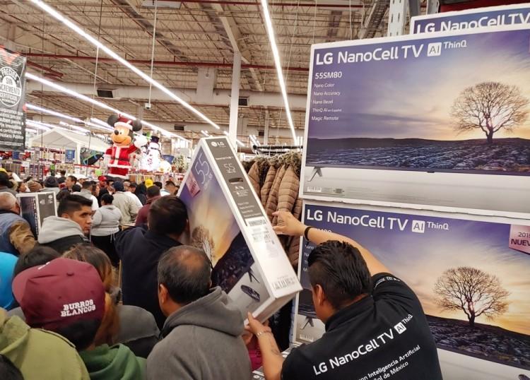 연말 쇼핑시즌을 맞아 멕시코시티의 샘스클럽 매장을 찾은 고객들이 올레드 TV, 나노셀 TV 등 LG TV를 구입하기 위해 대기하고 있다. [사진=LG전자]