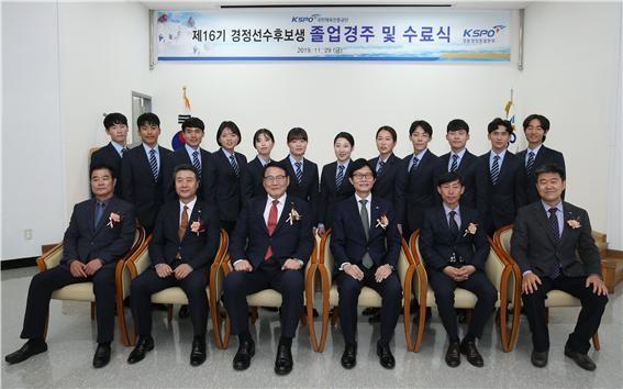 제16기 경정선수 후보생 졸업식 후 기념촬영(앞줄 왼쪽 세번째 조재기 이사장)
