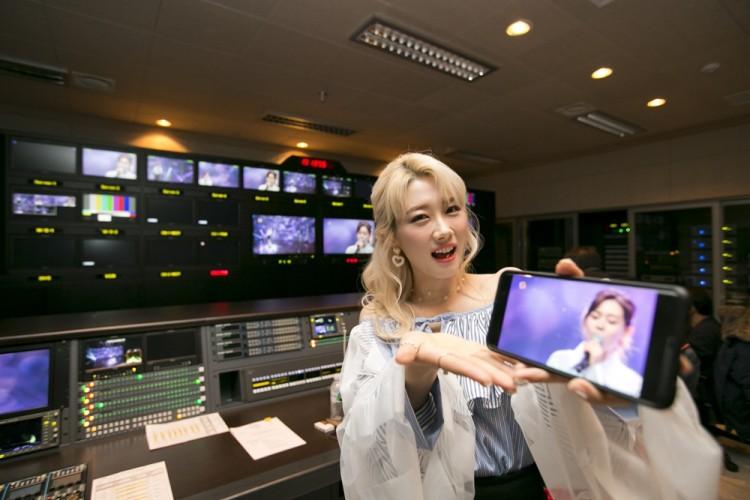 'KT 라이브 스테이지'에 출연한 가수 조하(JoHa)가 시즌(Seezn)을 통한 5G 생중계 모습을 소개하고 있다. [사진=KT]
