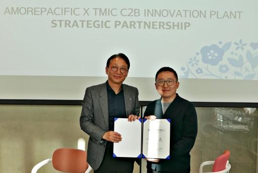 아모레퍼시픽 안세홍 대표이사(좌)와 리우 보 티몰타오바오 마케팅 총괄이 합의서를 들고 있다.