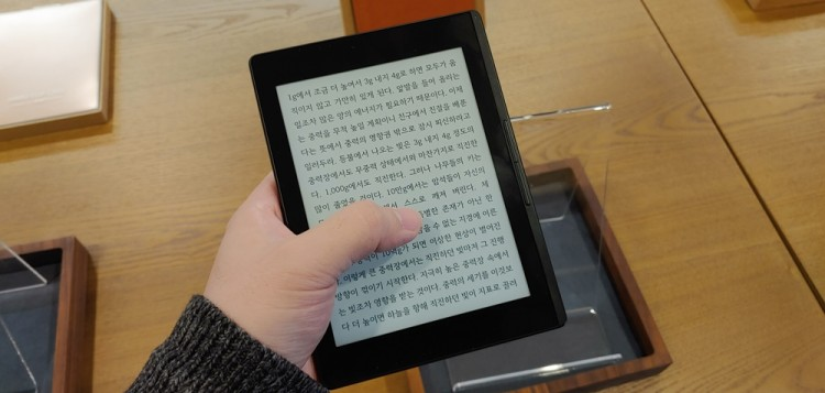 5일 카페 북쌔즈에서 공개된 리디페이퍼는 또렷한 글씨를 통한 높은 가독성과 빠른 페이지 넘김이 특징이다.