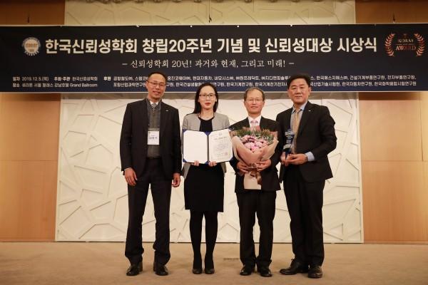 김한영 공항철도 사장(오른쪽 두 번째)이 신뢰성대상을 수상하고, 김영기 기술전기처장(왼쪽 첫 번째), 송미옥 과장(왼쪽 두 번째), 백진욱 전략홍보실장(오른쪽 첫 번째)과 기념촬영을 하고 있다.