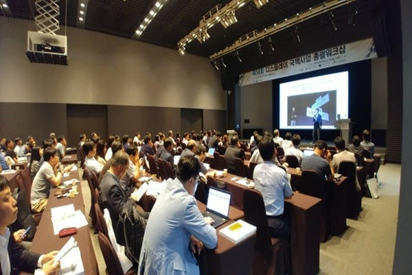Experts from various industries, universities, and research institutes who participated in the 14th Display National Project Workshop that was held at Phoenix condo in Pyeongchang on the 24th of July are listening closely to an announcement.  (Source: The Electronic Times)