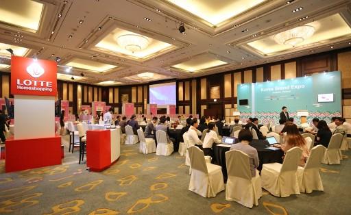 롯데홈쇼핑은 해외 현지에서에서 1대1 수출 상담을 진행하는 '대한민국 브랜드 엑스포'를 통해 중소기업의 해외 진출을 적극적으로 지원하고 있다. (태국 방콕에서 진행된 '대한민국 브랜드 엑스포') 출처=롯데홈쇼핑