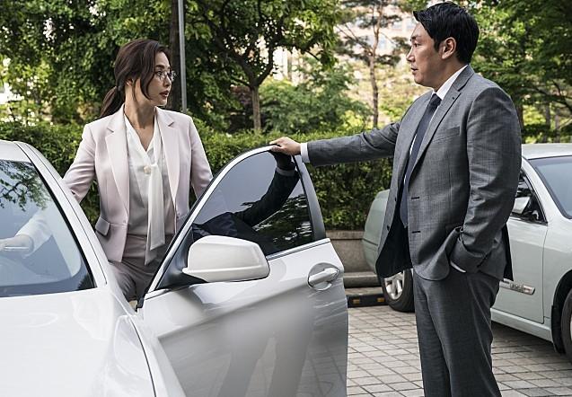 통상 전문 변호사 김나리(이하늬)는 흰색 BMW 5시리즈와 함께 나오지만 PPL은 아니다