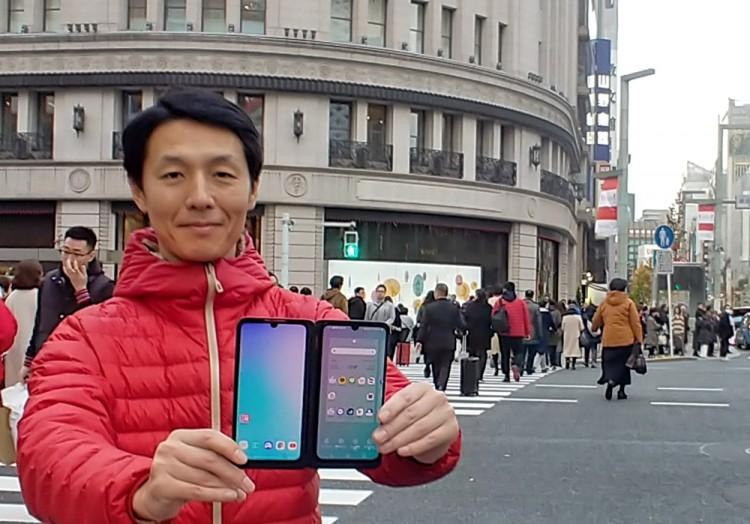 LG전자 일본법인 직원이 일본 도쿄의 유명 번화가 '긴자(Ginza)' 거리에서 LG G8X 씽큐를 소개하고 있다. [사진=LG전자]