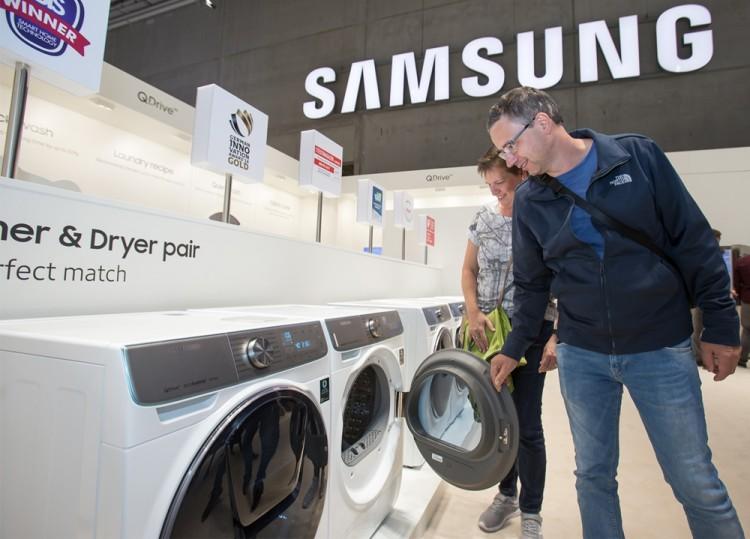 지난 9월 독일 베를린에서 열린 유럽 최대 가전 전시회 'IFA 2019'에서 삼성전자 전시장을 방문한 관람객들이 삼성 의류케어가전인 세탁기와 건조기를 감상하고 있다. [사진=삼성전자]