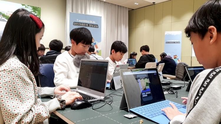지난달 30일 SK텔레콤 서울 보신각점에서 초등생 대상 마인크래프트를 활용한 코딩 시범 교육을 하고 있다. [사진=SK텔레콤]