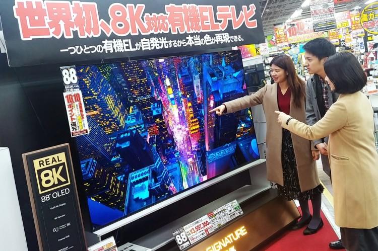 일본 도쿄 아키바에 위치한 요도바시카메라 매장에서 고객들이 'LG 시그니처 올레드 8K'의 선명한 8K 해상도를 체험하고 있다. [사진=LG전자]