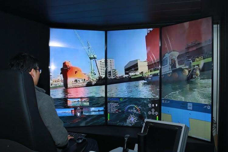 엔지니어가 대전에 위치한 원격제어센터에서 거제조선소 인근 해역을 자율운항 중인 모형선박을 모니터링하고 있다. [사진=SK텔레콤]