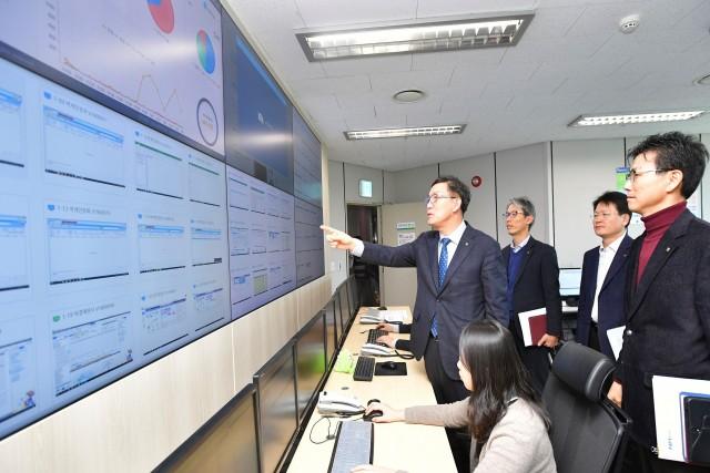 이대훈 농협은행장(가운데)이 서울 중구 본점의 RPA 컨트롤 룸을 찾아 RPA 운영 상황을 점검하고 있다.