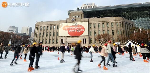 서울시청 앞 스케이트장.
