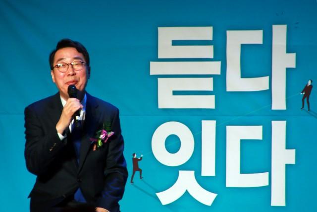 윤영찬 전 청와대 국민소통수석이 28일 성남종합스포츠센터에서 열린 출판기념회에서 인사말을 하고 있다.
