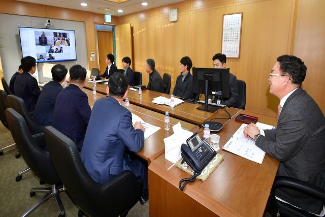 이대훈 농협은행장(맨 오른쪽)이 새해 첫 업무로 글로벌 사무소장들과 화상통화를 하고 있다.