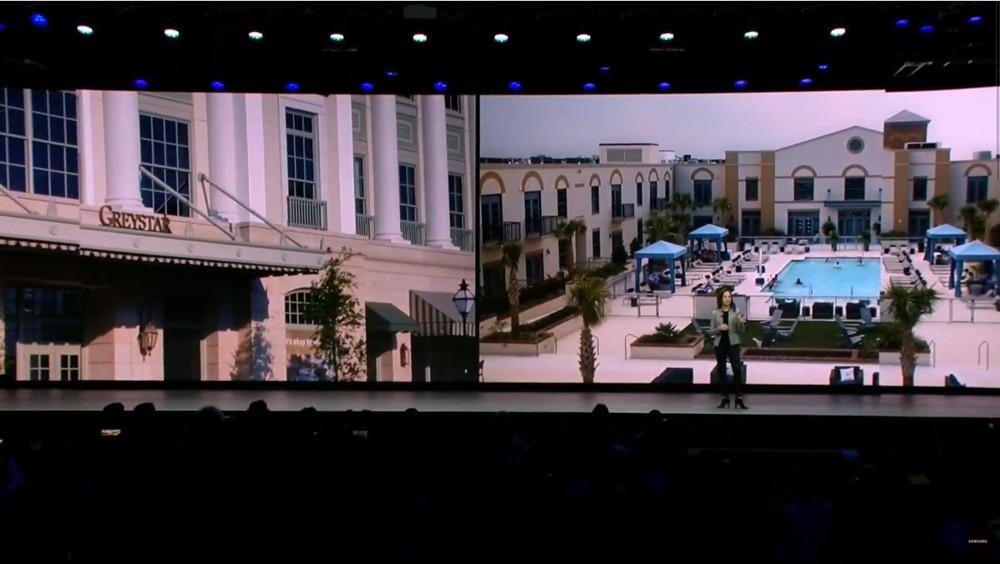 에밀리 베커 전무가 그레이스타 건물에 적용된 삼성의 홈 IoT 사례를 소개하고 있다. [사진=삼성전자]
