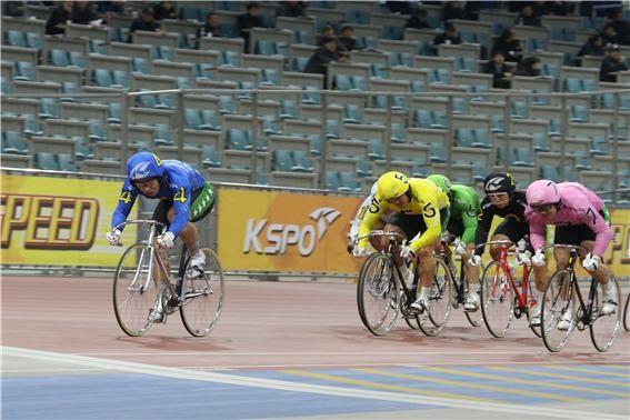 임채빈(파란색 유니폼)이 데뷔전에서 1등으로 결승선을 향해 질주하고 있다.