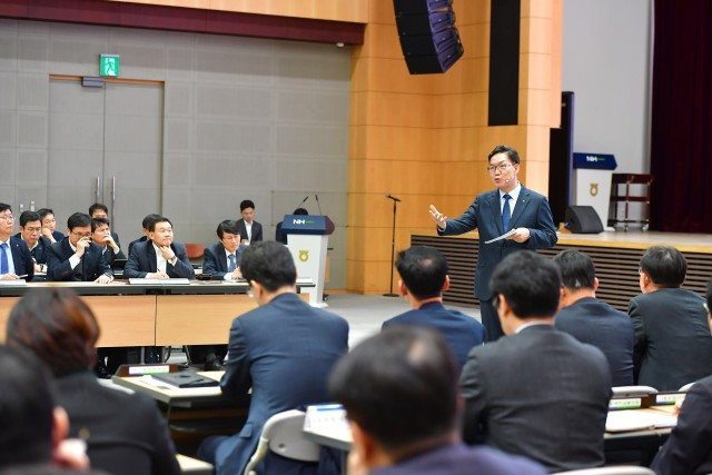 이대훈 행장이 7일 농협은행 본점 대강당에서 열린 '2020년 경영목표 달성 결의대회'에서 임직원들과 현안을 논의하고 있다.