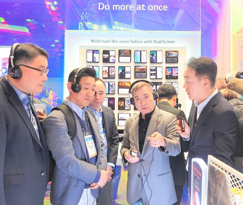 하현회 LG유플러스 부회장이 7일(현지시각) CES 2020 센트럴홀에 위치한 LG전자를 방문, LG G8X 씽큐와 듀얼 스크린을 살펴보고 있다. [사진=LG유플러스]