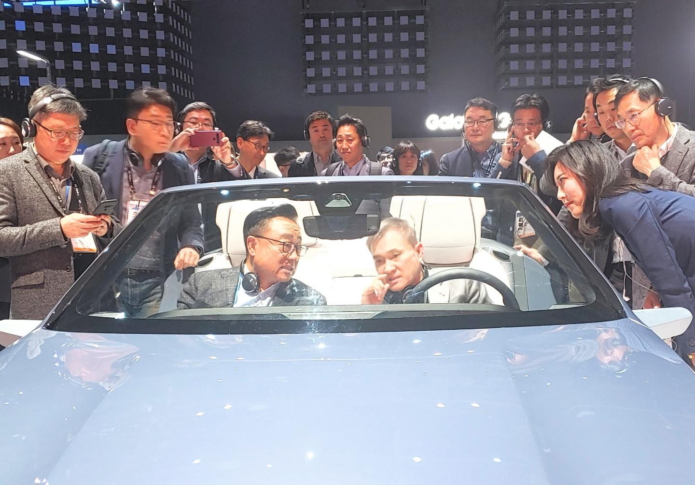 하현회 LG유플러스 부회장(오른쪽)과 삼성전자 고동진 사장이 삼성전자가 자율주행 시대를 맞아 선보인 5G 기반 '디지털 콕핏 2020'을 체험하고 있다. [사진=LG유플러스]