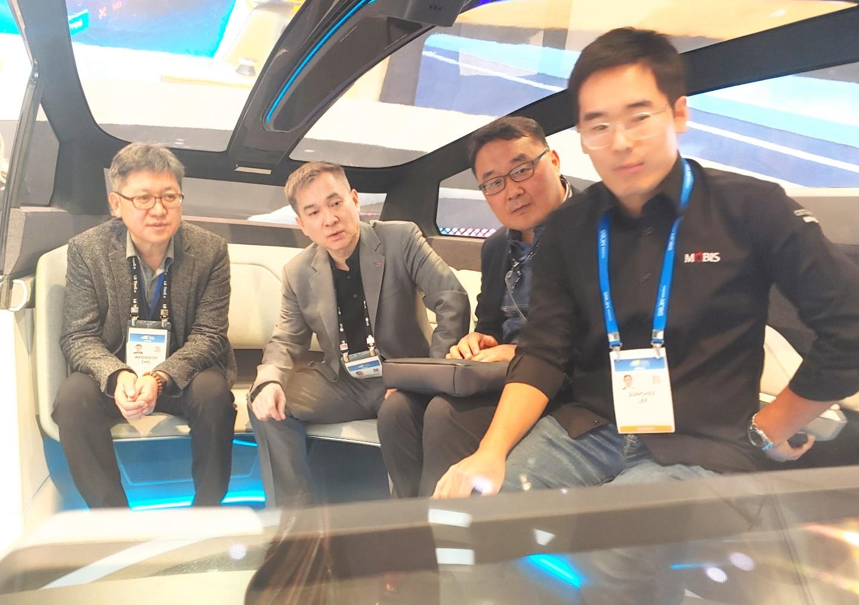 하현회 LG유플러스 부회장이 현대 자동차 관계자들과 UAM에 대해 논의하고 있다. [사진=LG유플러스]