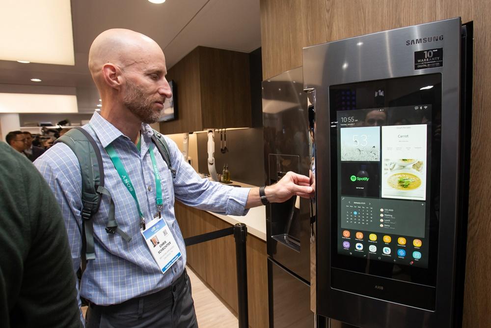 CES 2020 개막일인 7일(현지시간) 삼성전자 전시관에서 관람객들이 2020년형 '패밀리허브' 를 체험하고 있다. [사진=삼성전자]