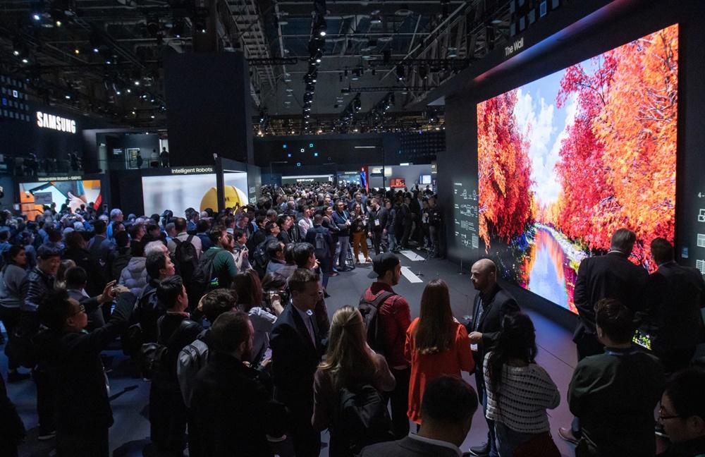CES 2020 개막일인 7일(현지시간) 삼성전자 전시관에서 관람객들이 292형의 2020년형 마이크로 LED '더 월'을 살펴보고 있다. [사진=삼성전자]
