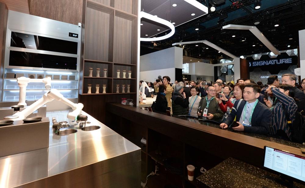 CES 2020 개막일인 7일(현지시간) LG전자가 '클로이 테이블' 전시존을 별도로 마련해 다양한 로봇 서비스를 선보이고 있다. [사진=LG전자]