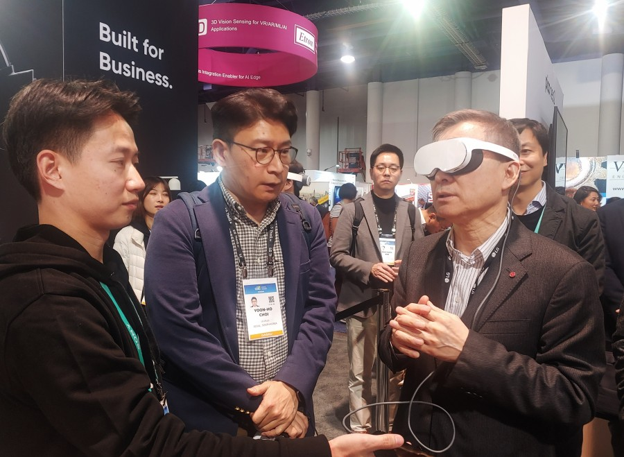 하현회 LG유플러스 부회장이 'CES 2020'에서 사우스홀에 위치한 피코(PICO) 전시부스를 방문, 가상현실 헤드셋(VR HMD) 신제품을 체험하고 있다. [사진=LG유플러스]
