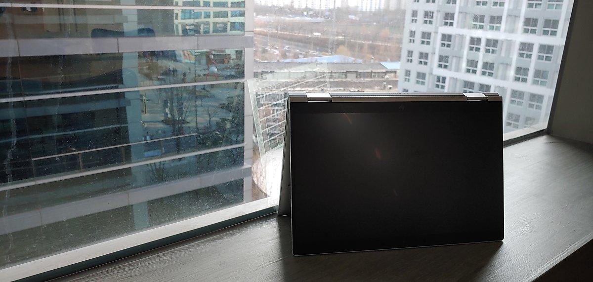 HP 엘리트북 x360 1040 G6의 화면을 뒤로 젖혀 텐트모드로 놓아 본 모습