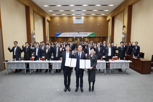 농협은행 기업투자금융부문 오경근 부행장(사진 앞줄 가운데)과 직원들이 10일 서울 본점 대회의실에서 사업추진 결의대회를 하고 있다.