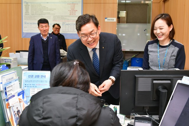 이대훈 농협은행장이 10일 서울영업부를 방문한 고객과 인사말을 나누고 있다.