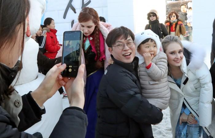 12일 강원 태백시 태백산국립공원 당골광장에서 열린 제27회 태백산 눈축제(사진 : 뉴스1)