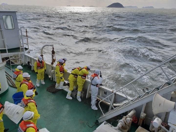 해양오염물질 제거하는 해경(사진 : 뉴스1)