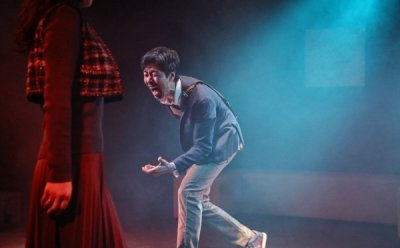 [ET-ENT 연극] '불편한 너와의 사정거리' 근현대사와 개인사를 넘나들며 몰입감 있는 스토리텔링을 선사한 창작 초연 작품