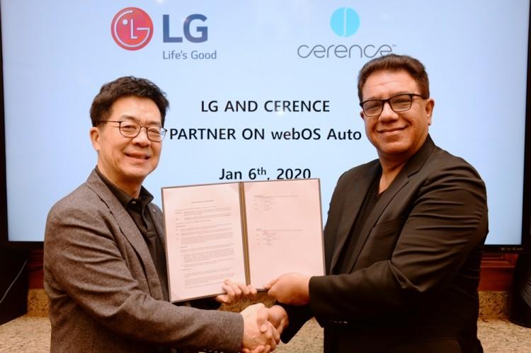 박일평 LG전자 CTO 사장(왼쪽)과 산자이 다완(Sanjay Dhawan) 쎄렌스社 CEO가 미국 라스베이거스에서 차량용 솔루션 공동개발을 위한 양해각서(MOU)를 체결하고 있다. [사진=LG전자]