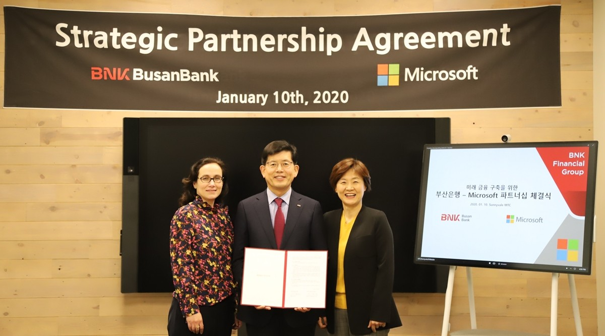 마이크로소프트와 BNK부산은행은 디지털 플래그십 지점 개설 및 서비스 혁신을 위한 파트너십을 체결했다. 사진제공=마이크로소프트