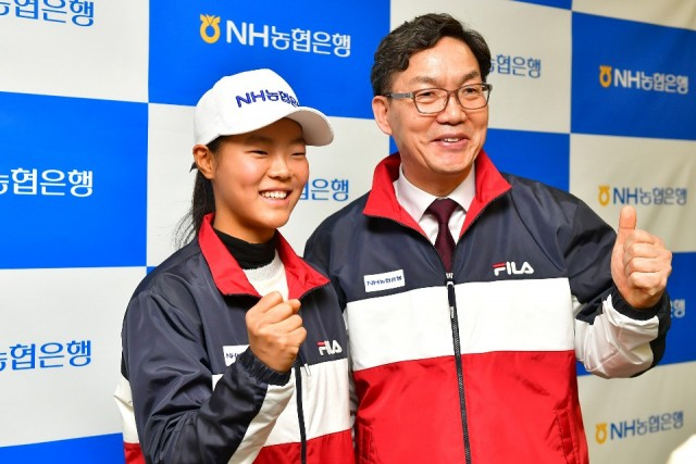 농협은행이 여자 주니어 테니스 꿈나무인 백다연 선수를 후원한다. 후원금 전달식을 가진 후 이대훈 은행장(오른쪽)과 백 선수가 기념 사진을 찍고 있다.