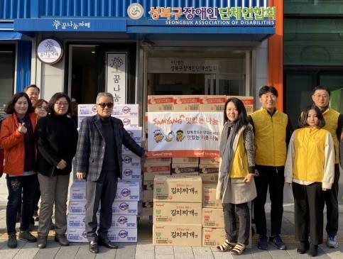 17일 성북구 장애인단체연합회를 방문한 삼양식품 임직원들이 라면과 스낵 100박스를 전달하고 있다. 출처=삼양식품