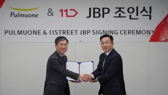 지난 16일 서울 중구 서울스퀘어 11번가 본사에서 이상부 풀무원 전략경영원장(오른쪽)과 이상호 11번가 대표가 공동마케팅 협약(JBP)을 체결한 후 악수를 나누고 있다. 출처=풀무원