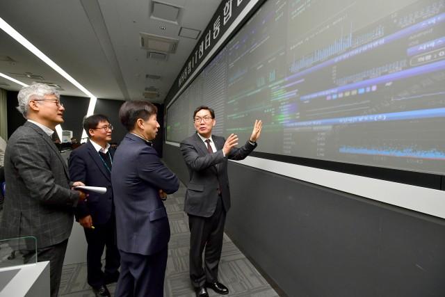 이대훈 농협은행장이 21일 경기도 의왕 NH통합IT센터를 방문해 설 연휴 비상대응 체계를 관련 직원들과 함께 점검하고 있다.