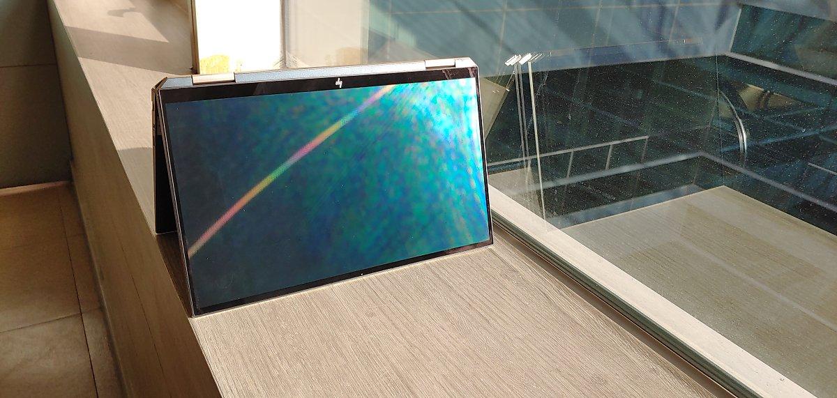 2020년형 HP 스펙터 x360은 화면비가 90%에 달한다. 베젤 속에 숨겨진 IR 카메라는 이제 하얀 점으로 보인다.