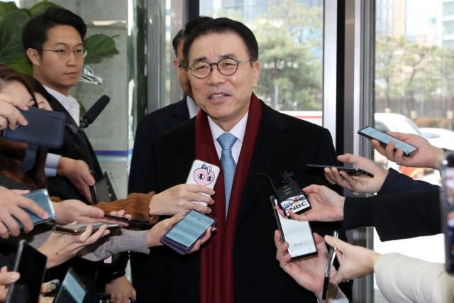 조용병 신한금융그룹 회장이 지난 12월13일 회추위에서 만장일치로 연임에 성공한 후 기자들의 질문에 답하고 있다.